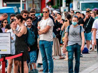 سوئدیها همچنان در برابر محدودیتهای کرونایی مقاومت میکنند